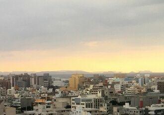 慶良間諸島がくっきり見えます=23日午後、那覇市内
