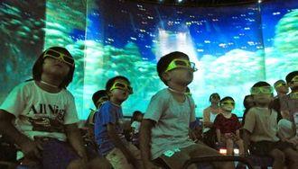 「4D王!」で飛び出す映像に見入る園児ら=11日、うるま市江洲・うるまシティプラザ