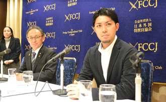 記者会見に臨む(右から)元山仁士郎さん、玉城デニー知事=1日、東京・日本外国特派員協会