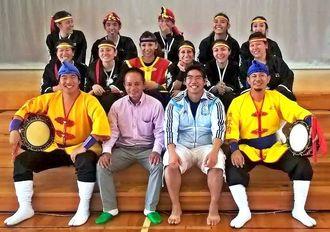 琉球国祭り太鼓アルゼンチン支部の創設に尽力した與那嶺さん(前列左から2人目)と再会したメンバー