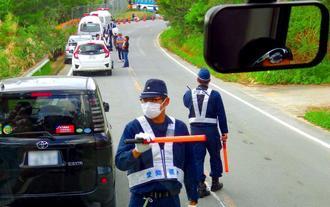 観光バスを止める機動隊員。乗客が車内から撮影した=7日午後、東村高江(提供)