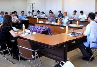 沖縄観光の課題などを話し合う委員ら=4日、県庁
