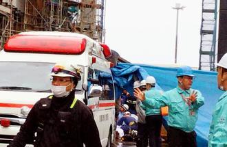 負傷者の救助に当たる救急隊員ら=午後0時14分(座安あきの撮影)