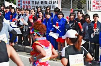 ランナーたちに熱い声援を送る前原高校の生徒たち=21日午前、うるま市田場