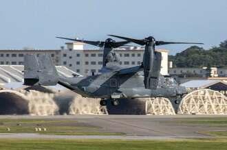 嘉手納基地に着陸するCV22オスプレイ=30日午後4時42分、嘉手納基地(読者提供)