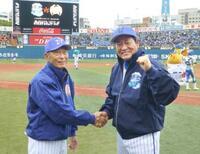 プロ野球往年の名選手らがプレー 横浜スタジアム記念試合