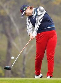 女子ゴルフ、佐伯が首位 伊藤園第1日、鈴木は2打差3位