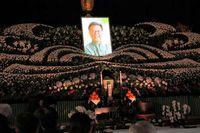 翁長知事と別れ惜しむ 「平和の心、次世代に」 告別式で稲嶺元知事ら弔辞