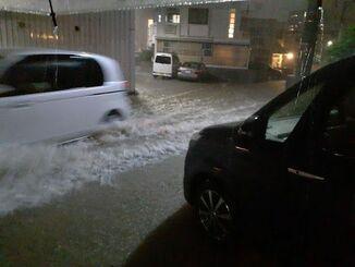 大雨で冠水した南風原町内の道路=17日午後11時半すぎ