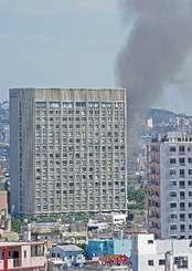 那覇市牧志にあるホテルの裏手から上る煙=7日午後0時10分ごろ