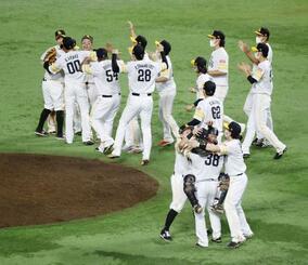 プロ野球日本シリーズで4年連続の日本一に輝き、抱き合って喜ぶソフトバンクナイン=25日、福岡市のペイペイドーム