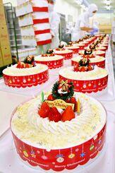 クリスマスを前にケーキ作りのピークを迎えた工場=23日午後、宜野湾市のジミー大山工場(金城健太撮影)