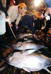 威勢のいい掛け声が響き、活気にあふれた泊魚市場の初競り=4日午前5時35分、那覇市泊