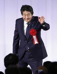 自民党・細田派の政治資金パーティーであいさつを終え、会場を後にする安倍首相=21日午後、東京都内のホテル