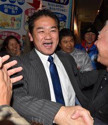 当確を喜び支持者と握手を交わす佐喜真淳氏