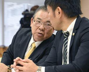 参考人招致で弁護士の助言を受ける安慶田光男前副知事(左)=20日午後、県議会
