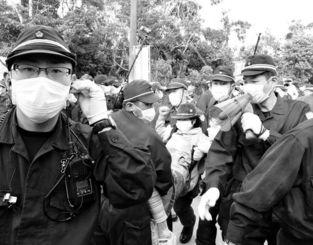 東村高江のN1ゲート前で座り込んでいた市民を排除する機動隊員ら=2016年11月4日午前9時30分ごろ
