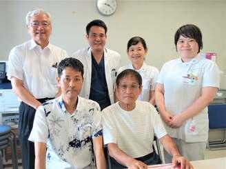 「芭蕉の会」を立ち上げた心臓移植経験者の(前列右から)安里猛さんと森智秀さん、琉大病院の(後列左から)國吉幸男医師、稲福斉医師、渡具知久子看護師長、阿嘉直美副看護師長=8日、琉大病院