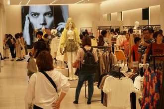 沖縄初出店の「ZARA」で買い物を楽しむ女性客や家族連れ=9日午前10時過ぎ、サンエー浦添西海岸パルコシティ