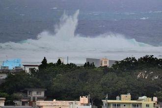 台風8号の影響で本島南部の奥武島沿岸では、海が荒れ波も高くなった=7日午後6時52分、南城市玉城奥武