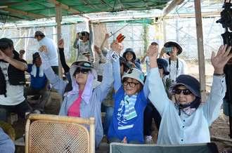 翁長雄志知事の辺野古新基地建設に伴う埋め立て承認の撤回表明を受けて喜ぶ市民ら=27日、名護市、米軍キャンプ・シュワブゲート前