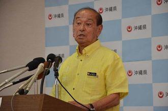 米軍航空機事故について、記者会見で質問に答える仲井真弘多知事=5日、県庁