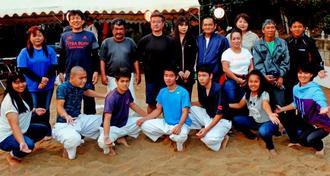 親子相撲で対戦した中学3年生と家族ら
