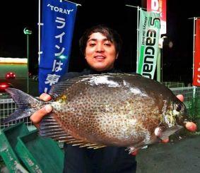 浜比嘉島で46・3センチのカーエーを釣った長濱友則さん=12日