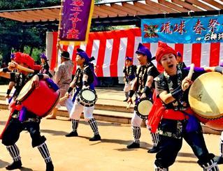 迫力あるエイサーを披露する横田西多摩エイサー太鼓のメンバー=7日、東京・練馬