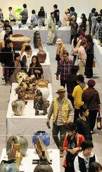 今回の期間最多となる6295人の来場者が詰め掛けた沖展最終日=6日午後、浦添市民体育館