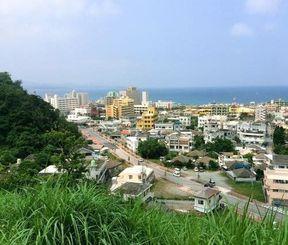 名護市の集落、東江の小山を「じんが森」と呼んだ。以前はそこから長い白浜が見えた=名護市