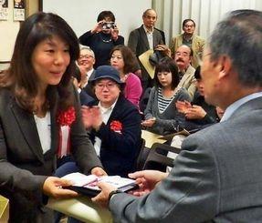 大賞の基金賞を受賞し、賞状と盾などを受け取る儀間多美子北部報道部長(左)=13日、新宿区・日本青年館