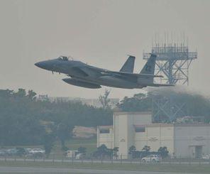 嘉手納基地から離陸するF15戦闘機=10日午前8時40分
