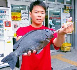 那覇一文字で38.5センチ、1キロのオキナメジナを釣った比嘉璃碧さん=21日