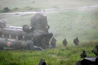 宮崎、鹿児島両県の陸上自衛隊霧島演習場で報道陣に公開された日米仏の共同訓練=15日