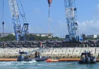 カヌーに乗って新基地建設に抗議する市民=16日午前、名護市のキャンプ・シュワブ沿岸