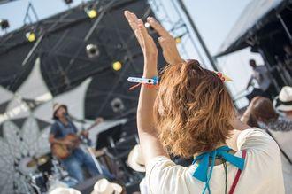 手を大きく広げ手拍子をする女性