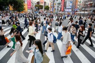 東京・渋谷のスクランブル交差点をマスク姿で行き交う人たち=28日午後