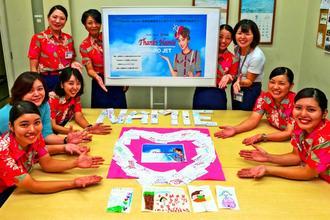 安室奈美恵さんへの感謝の気持ちをつづったメッセージカードを披露するJTAのスタッフ=9月日、JTA宮古空港所