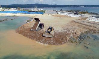 埋め立て区域への土砂投入が続く名護市辺野古の沿岸部=20日午前11時23分(小型無人機で撮影)