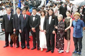 【沖縄国際映画祭 レッドカーペット】「洗骨」の監督を務めたガレッジセールのゴリさん(左から4人目)と出演者ら=22日、那覇市・国際通り