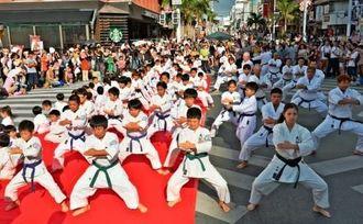号令に合わせ、演武を披露する参加者=26日、那覇市の国際通り(伊藤桃子撮影)