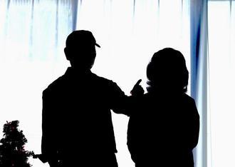 認知症の妻芳江さん(右)を介護する弘さん。昨年12月26日、ツリーが飾られた自宅リビングにクリスマスの余韻が残っていた=糸満市(下地広也撮影)