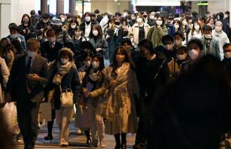 マスク姿でJR大阪駅前を歩く人たち=2日午後7時3分