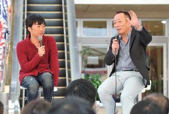 トークショーに出演するプロ野球解説者の高木豊さん(右)と人気お笑いコンビ・スピードワゴンの小沢一敬さん=22日午後、てんぶす那覇
