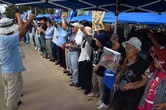 国の代執行訴訟提起に抗議してシュプレヒコールする市民ら=17日午前10時20分すぎ、名護市辺野古の米軍キャンプ・シュワブゲート前