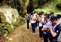 「沖縄戦に向き合いたい」佛教大生ら戦跡巡り チビチリガマで合掌