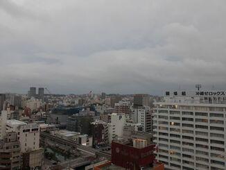 那覇市の上空=21日午後5時半ごろ