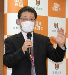 新型コロナウイルスの抗体開発について説明する島根大の浦野健教授=23日、島根県出雲市
