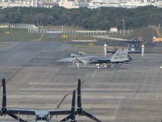 普天間飛行場に着陸した嘉手納基地所属のF15戦闘機2機=2019年1月31日